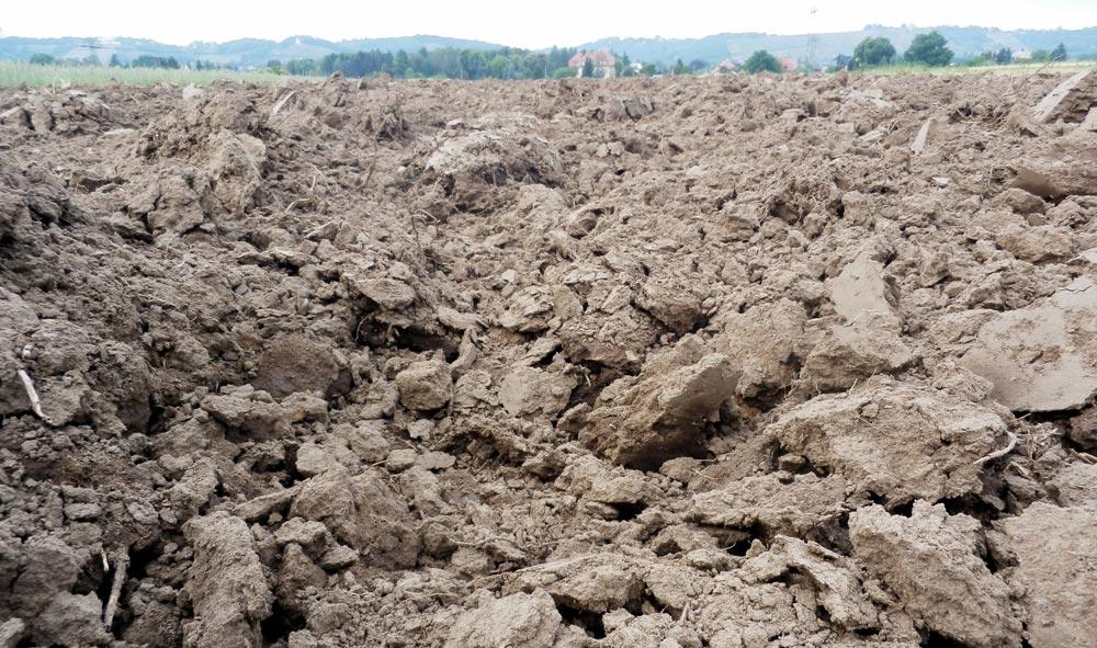 Aufgelockerter Boden einer Ackerfläche