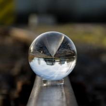 Industriegebiet durch eine Glaskugel gesehen