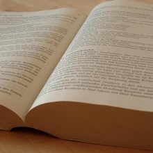 Aufgeschlagenes Gesetzbuch