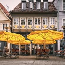 Leere Cafes in der Stadt