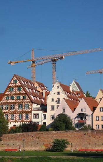 Historische Altstadt in Ulm mit Baukränen im Hintergrund